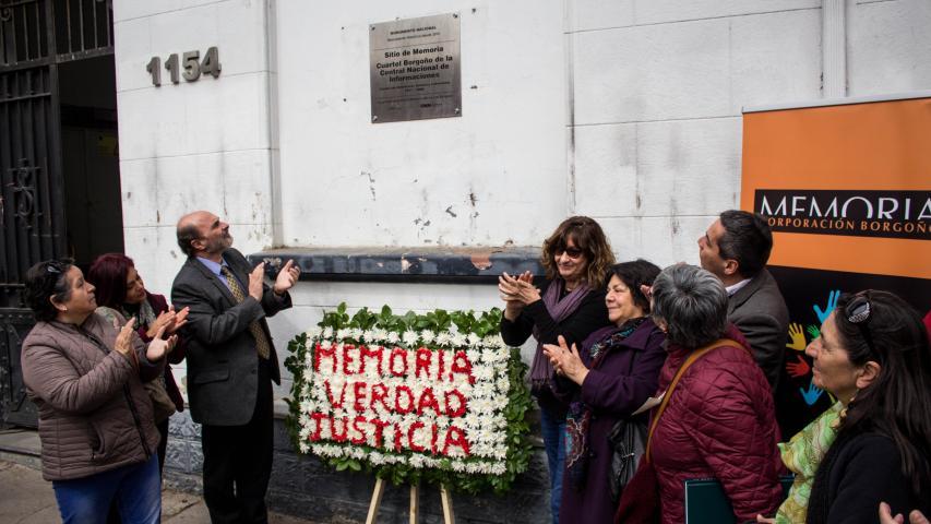 Imagen de En emotiva ceremonia instalan placa en Sitio de Memoria Ex Cuartel Borgoño