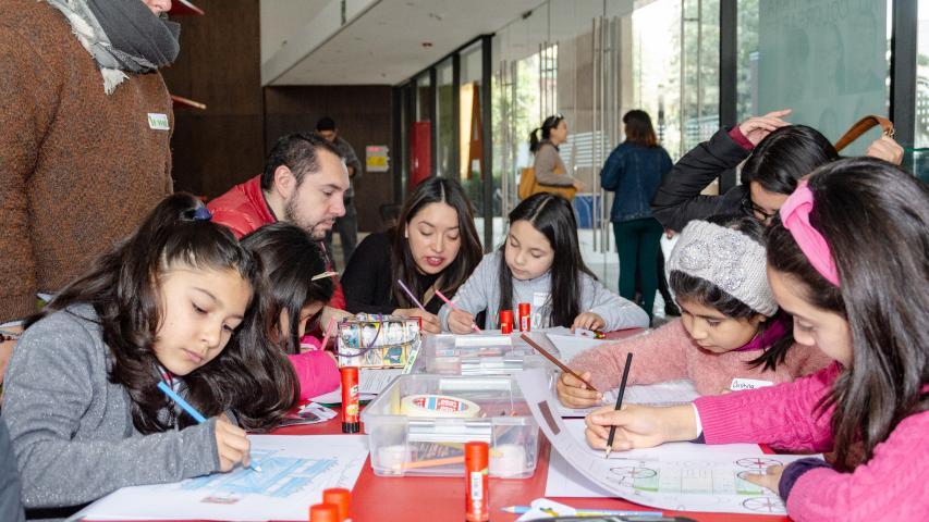 Imagen de Centenar de niños y niñas junto a sus padres construyeron Monumentos Nacionales en papel