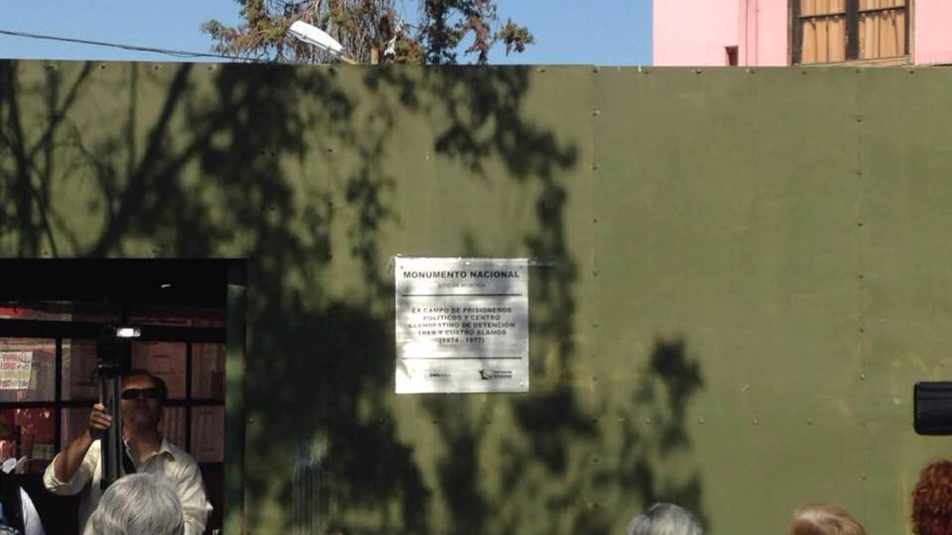 """Imagen de Instalan placa identificatoria en campo de prisioneros políticos """"3 y 4 Álamos"""""""